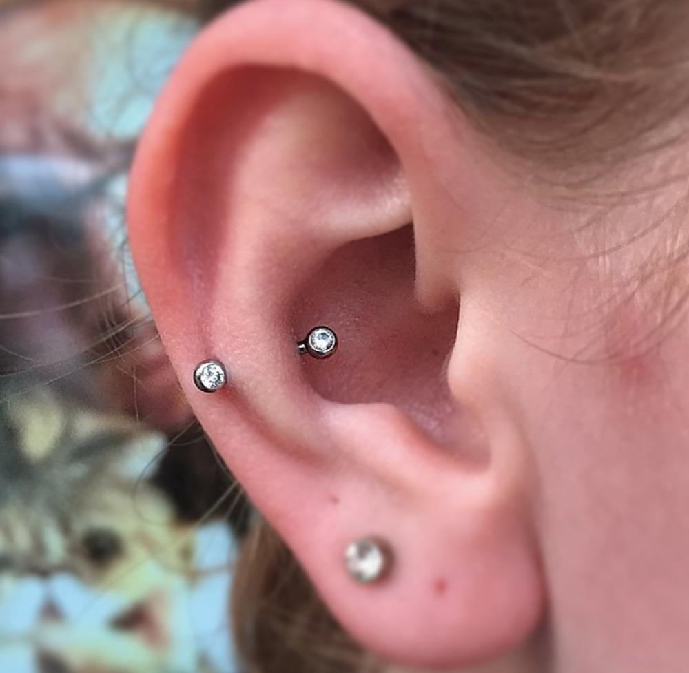 piercing cartilago oreja bolita