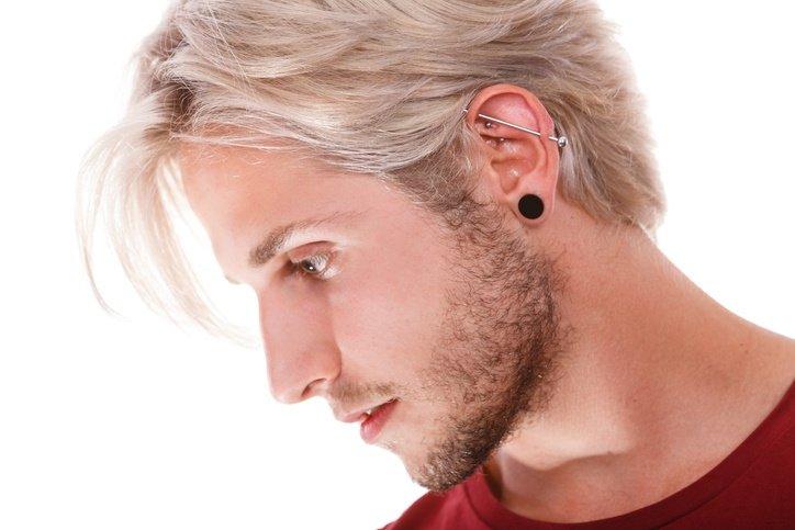 piercing oreja arriba hombre
